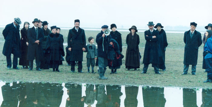 Theo Angelopoulos with his collaborators during the shooting of the film «The weeping meadow», Fotoreportage in Greece and abroad : Yanis Kiriakidis, 2002